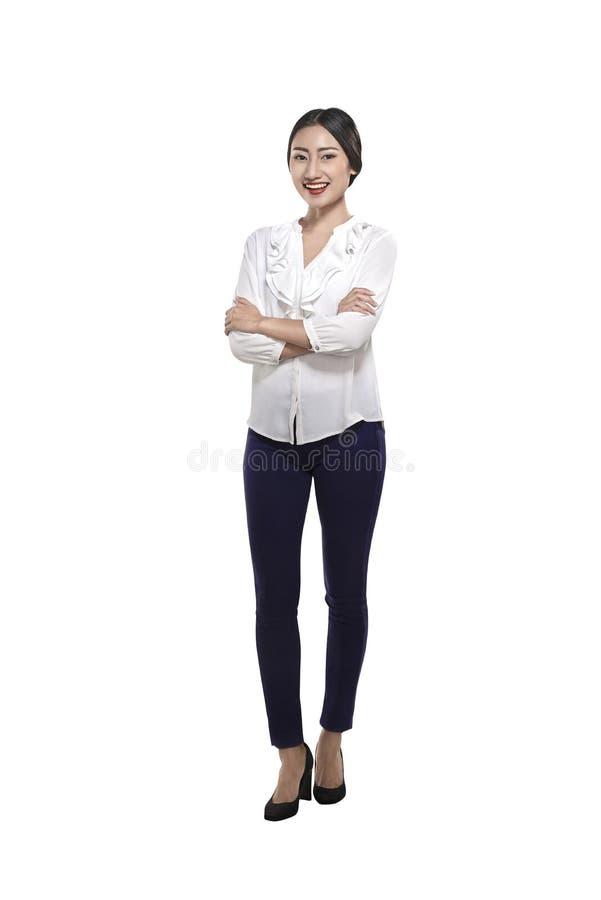 Portrait d'une femme asiatique heureuse d'affaires se tenant avec l'ha plié photographie stock