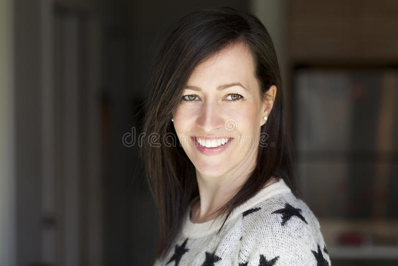Portrait d'une femme assez mûre souriant à la maison images stock