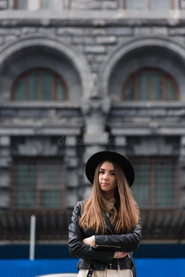 Portrait d'une femme attirante avec le style frais se tenant sur la rue tout en se reposant après la marche active pendant son we photographie stock