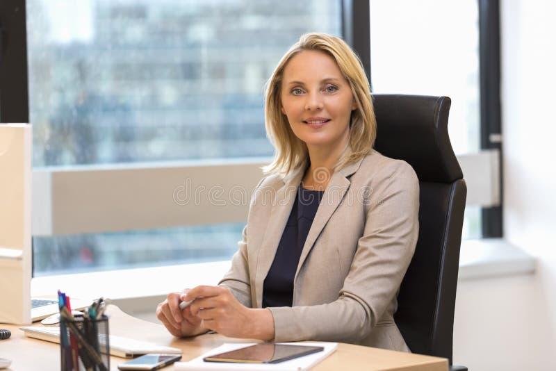 Portrait d'une femme attirante d'affaires au bureau photo libre de droits