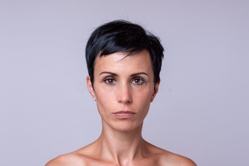 Portrait d'une femme au-dessus de fond neutre photo libre de droits