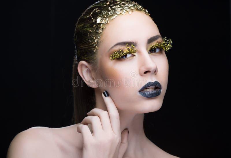 Portrait d'une femme avec le maquillage lumineux photographie stock