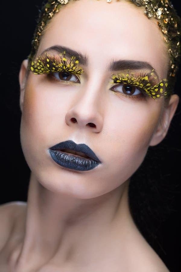 Portrait d'une femme avec le maquillage lumineux images libres de droits