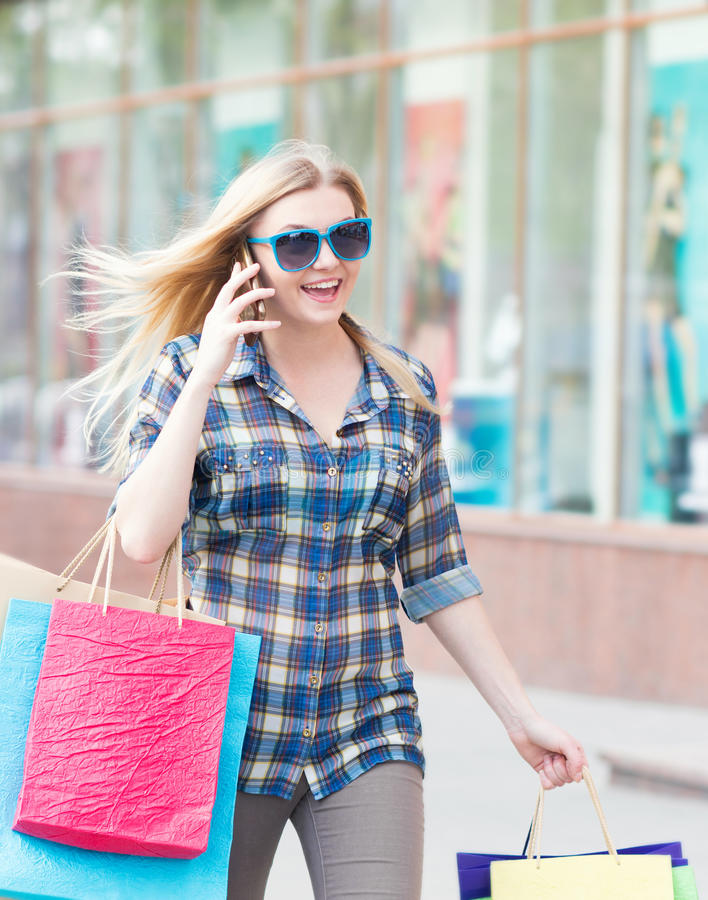 Portrait d'une femme avec les paniers et le téléphone image libre de droits