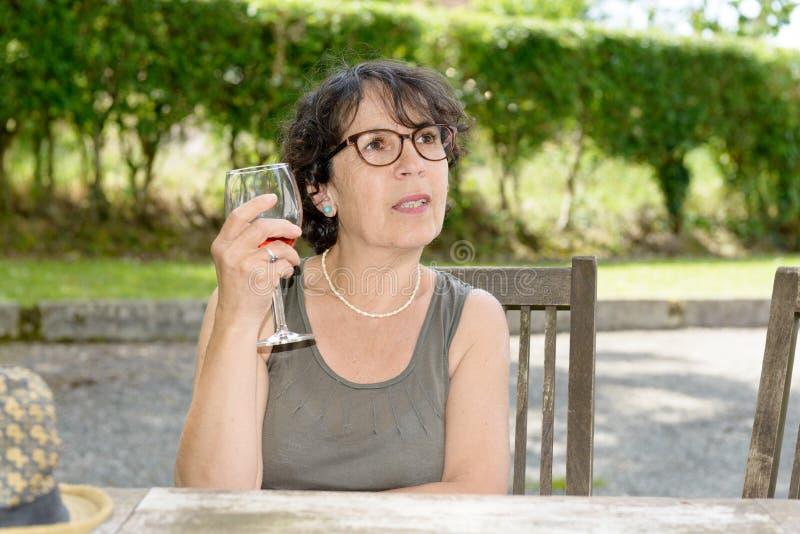 Portrait d'une femme avec un verre de vin photos stock