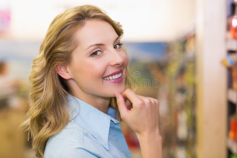 Download Portrait D'une Femme Blonde De Sourire Avec Des Mains Sur Le Menton Photo stock - Image du marché, épicerie: 56488714