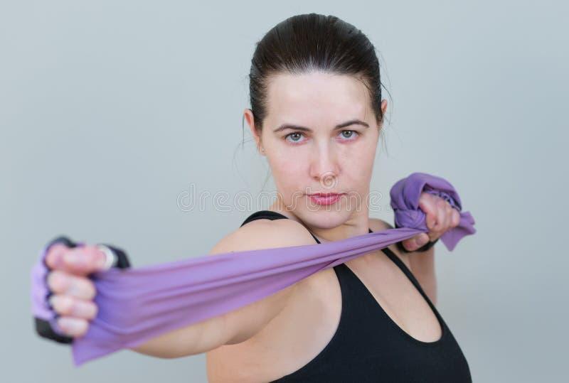 Portrait d'une femme caucasienne blanche tenant le plan rapproché violet d'extenseur images libres de droits