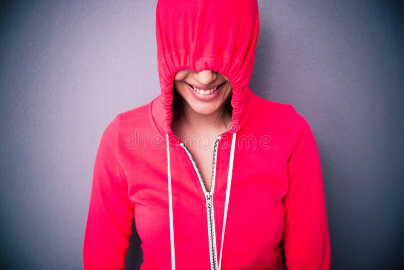 Portrait d'une femme couvrant ses yeux de capot image libre de droits
