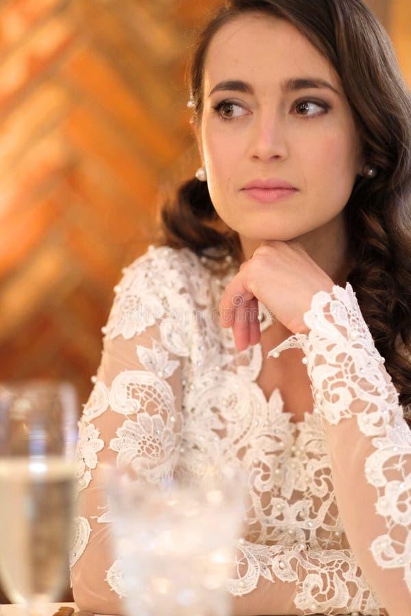 Portrait d'une femme dans une robe de mariage image stock