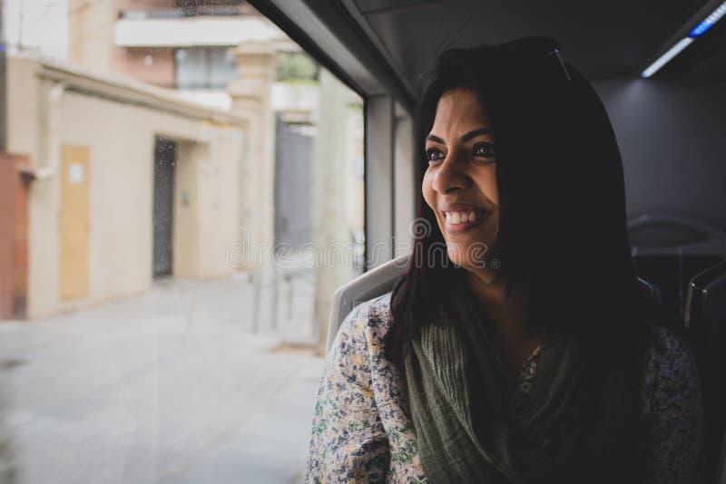 Portrait d'une femme dans un autobus mobile images stock