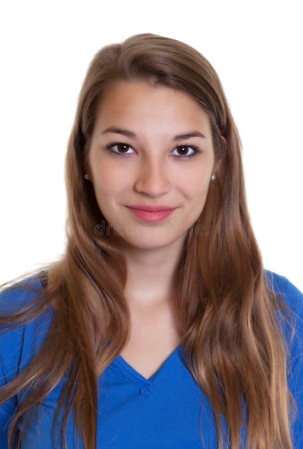 Portrait d'une femme de sourire dans une chemise bleue photographie stock