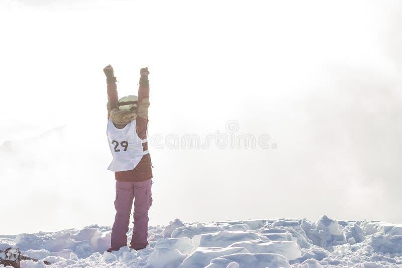 Portrait d'une femme de surfeur parasitaire dans le casque en montagnes neigeuses images libres de droits