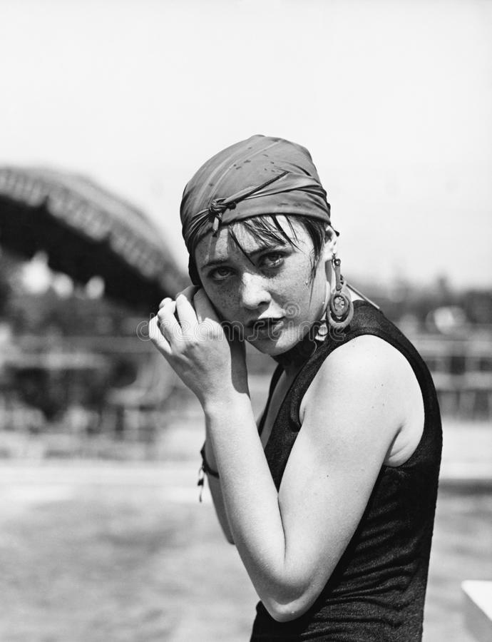 Portrait d'une femme enveloppant une écharpe sur sa tête (toutes les personnes représentées ne sont pas plus long vivantes et auc images libres de droits