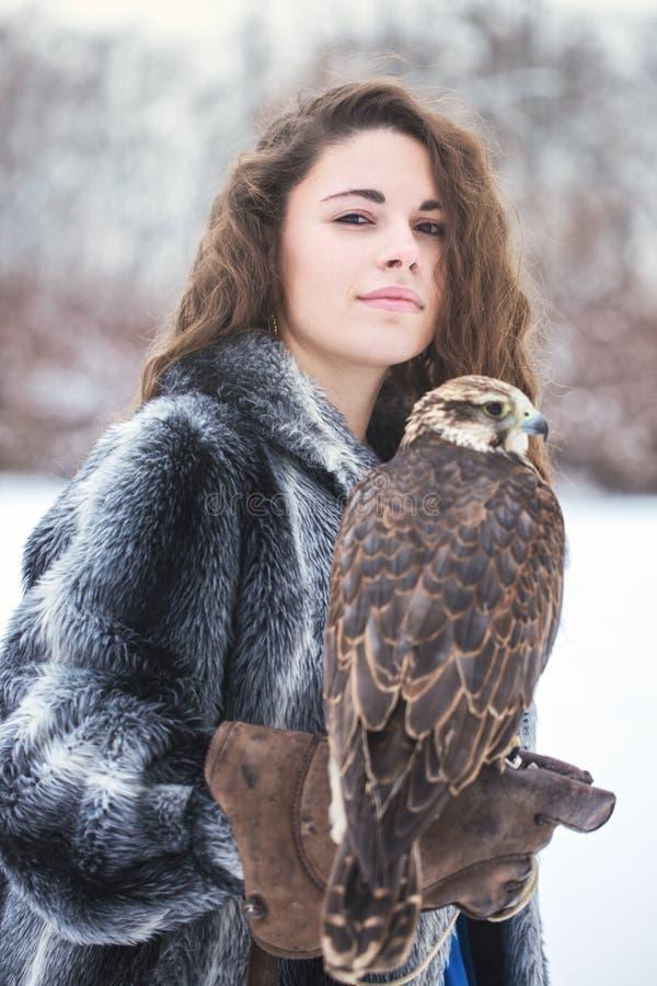 Portrait d'une femme et d'un faucon images stock