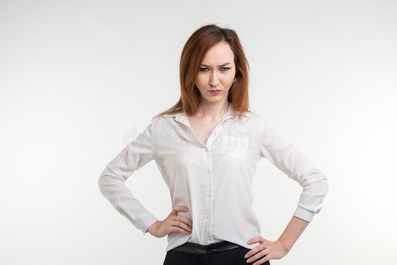 Portrait d'une femme fâchée frustrante sur le fond blanc photos stock