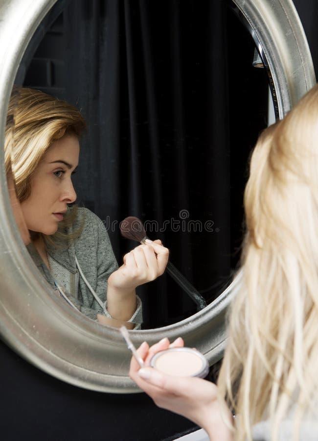 Portrait d'une femme faisant composer photographie stock libre de droits