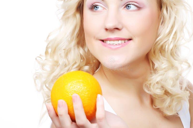 Portrait d'une femme heureuse en bonne santé avec une orange image libre de droits