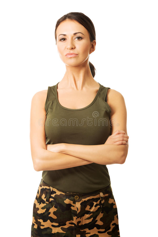Portrait d'une femme militaire avec les bras pliés images stock