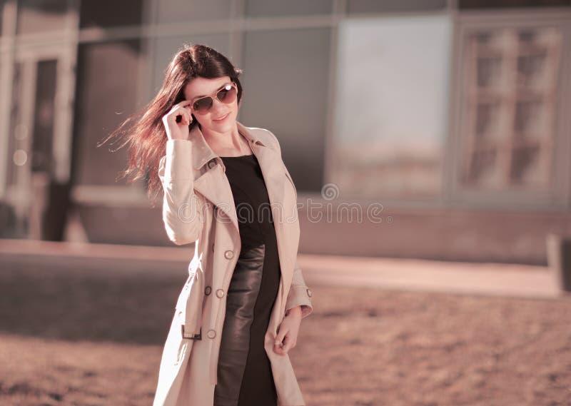 Portrait d'une femme moderne d'affaires sur un fond de ville photo stock