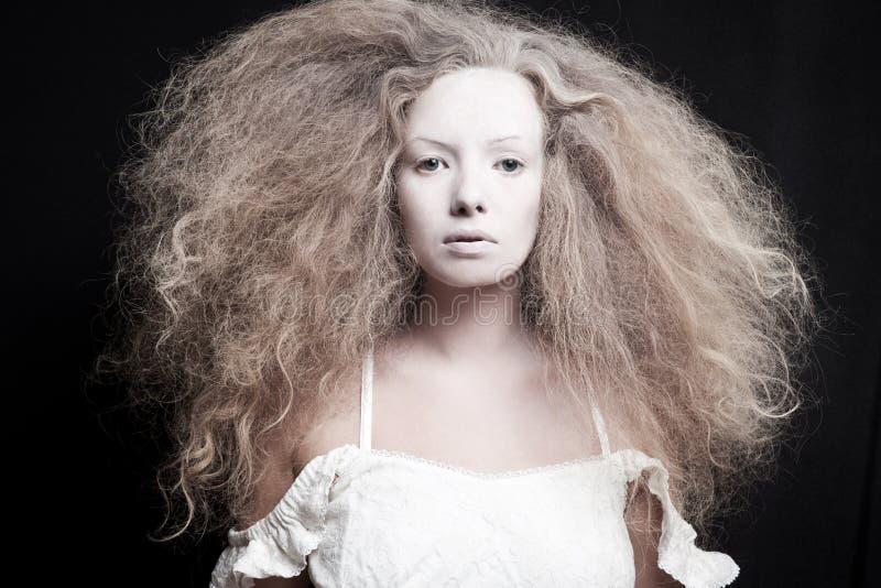 Portrait d'une femme pâle image stock