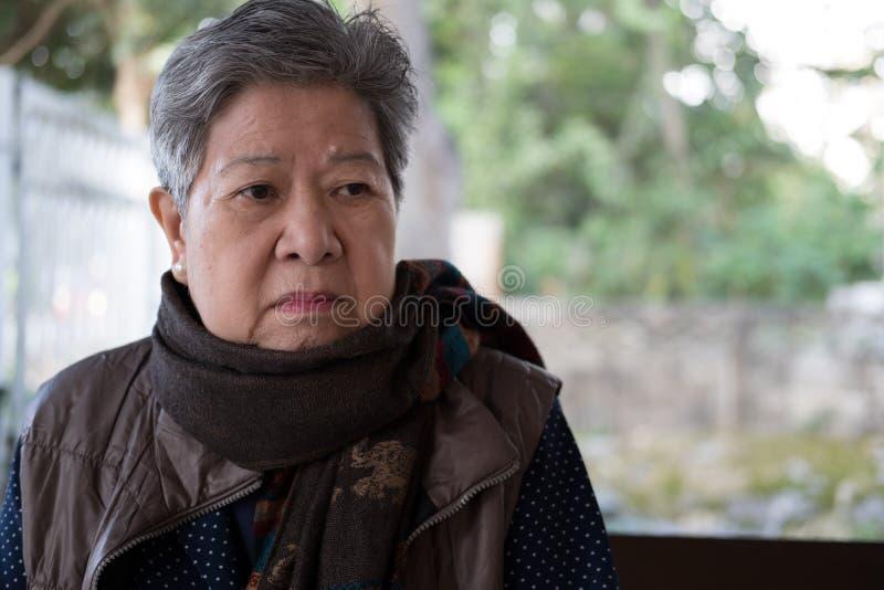 Portrait d'une femme plus âgée, femelle pluse âgé, supérieure avec ennuyé, upse image libre de droits