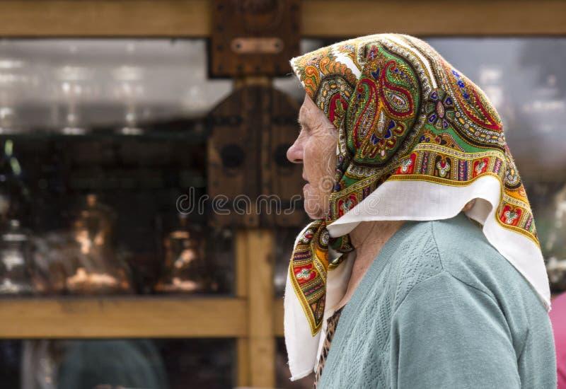 Portrait d'une femme plus âgée marchant dans la rue de Sarajevo photo libre de droits