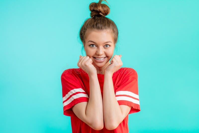 Portrait d'une femme positive avec le sourire de charme célébrant son succès photo stock