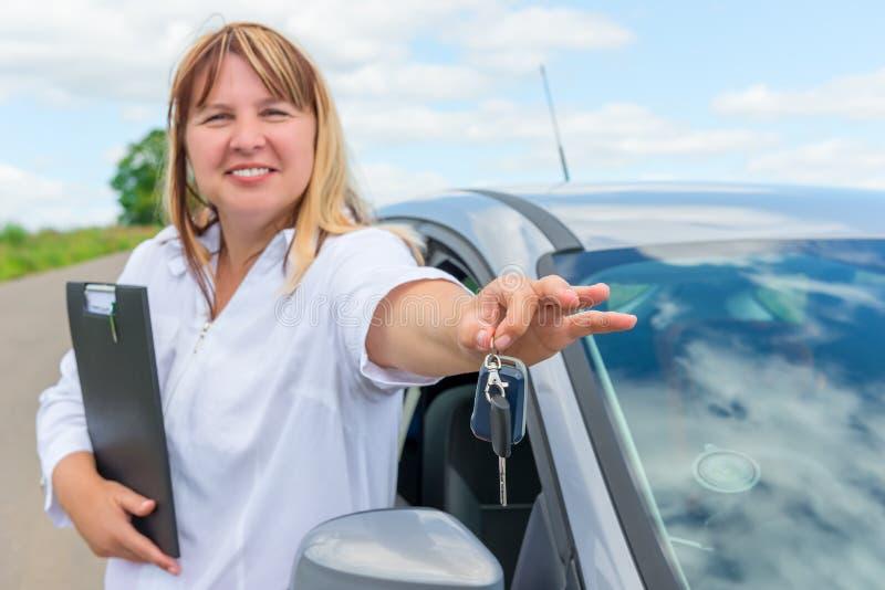 Portrait d'une femme près de la voiture photos libres de droits