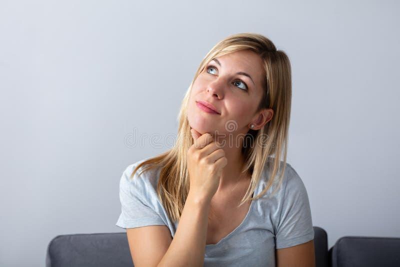 Portrait d'une femme r?fl?chie photographie stock