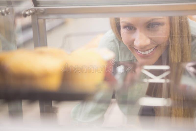 Download Portrait D'une Femme Regardant De Nouveaux Plats Avec Des Pâtisseries Photo stock - Image du femelle, pâtisserie: 56489662
