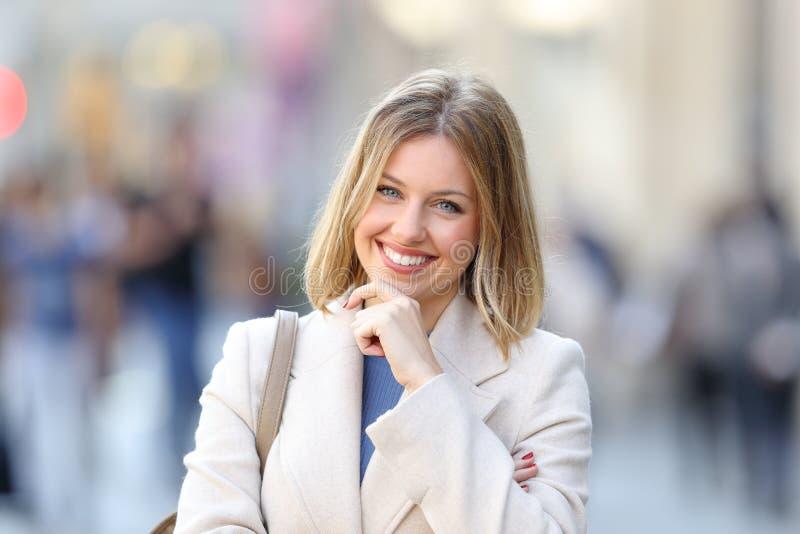 Portrait d'une femme sûre vous regardant photo stock