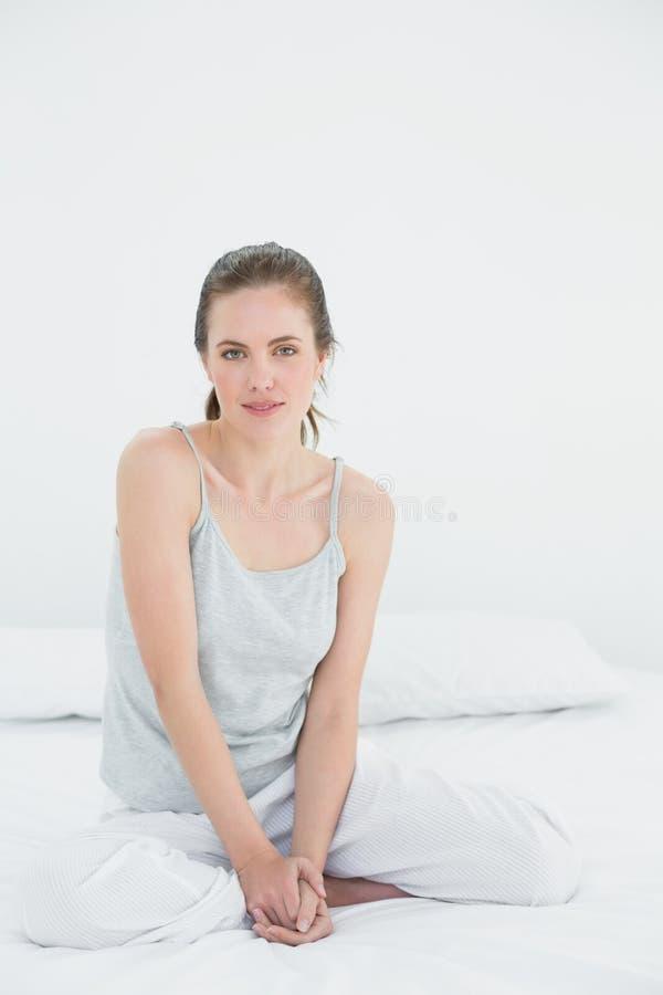 Portrait d'une femme s'asseyant dans le lit images libres de droits