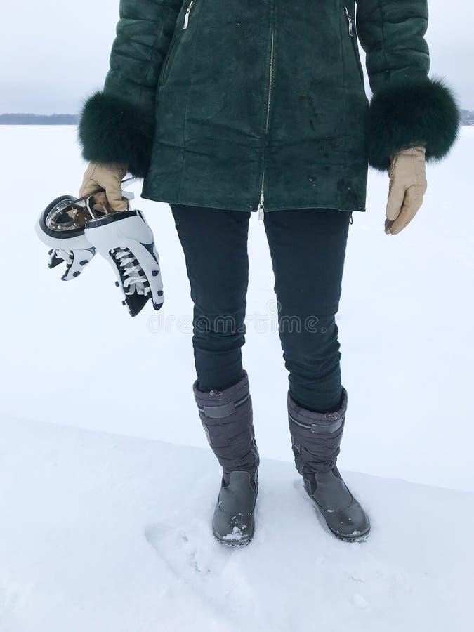 Portrait d'une femme tenant des patins de glace photographie stock
