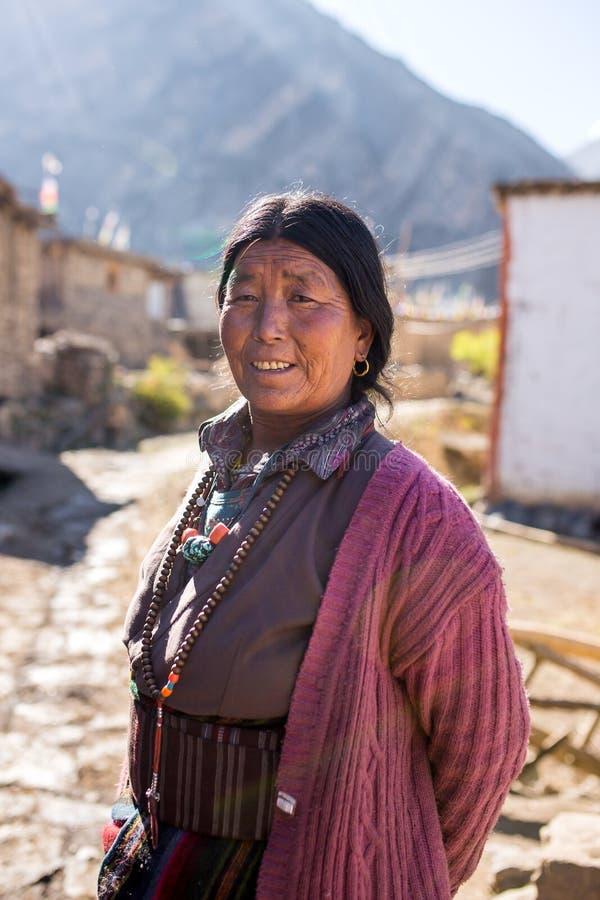 Portrait d'une femme tibétaine non identifiée photographie stock libre de droits
