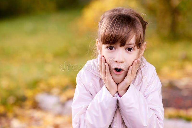 Portrait d'une fille Étonnez l'enfant Fond de nature photographie stock