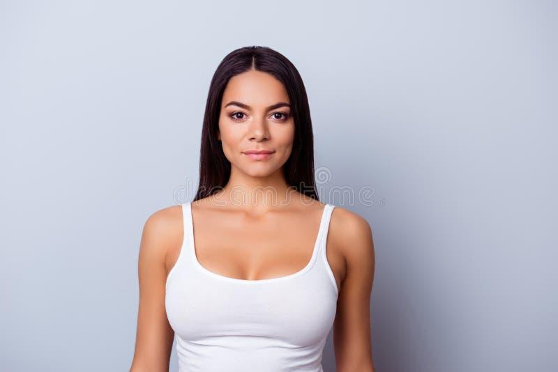 Portrait d'une fille américaine de mulâtre de jeune latino Elle est dans un Ca image libre de droits