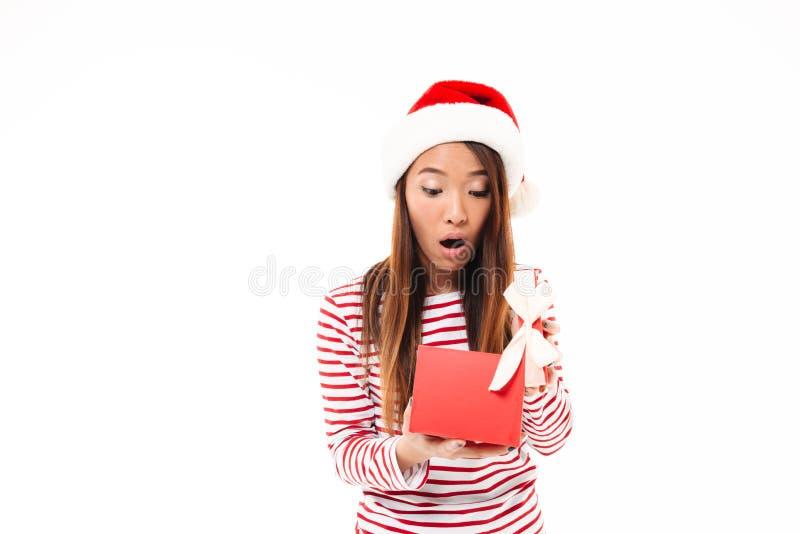Portrait d'une fille asiatique choquée dans le chapeau de Noël photos libres de droits