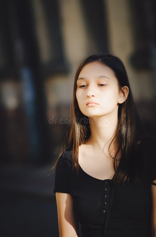 Portrait d'une fille assez jeune, plan rapproché Photo verticale photographie stock