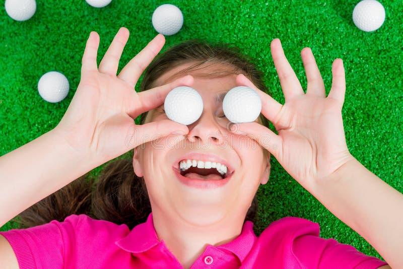 Portrait d'une fille avec des boules de golf photos stock