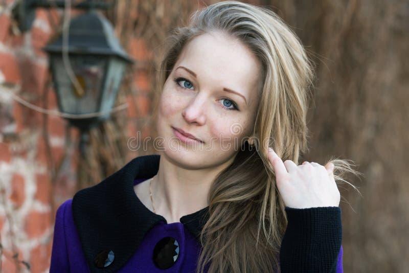 Portrait d'une fille avec des taches de rousseur images libres de droits