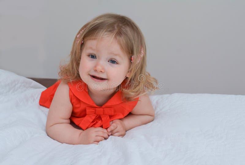Portrait d'une fille avec des yeux bleus dans une robe rouge photo libre de droits