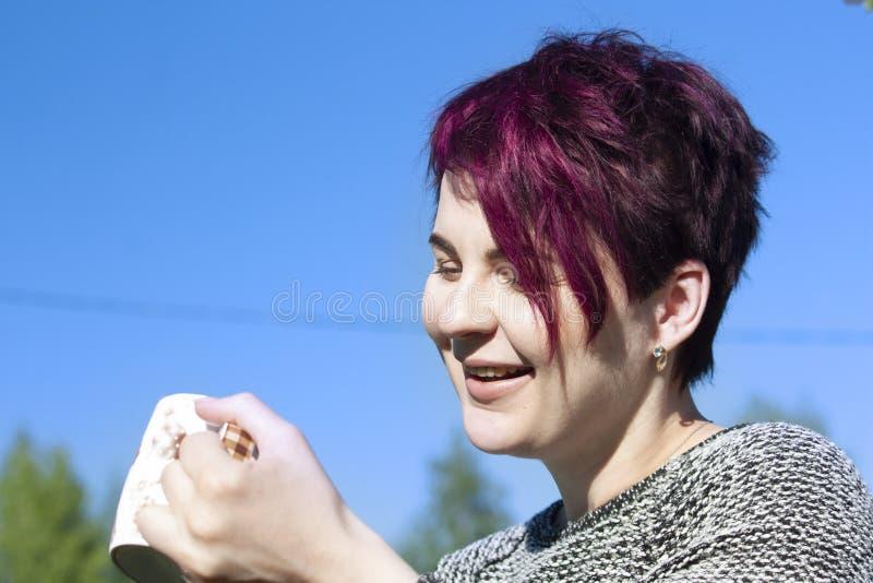 Portrait d'une fille avec du caf? potable de cheveux roses images stock