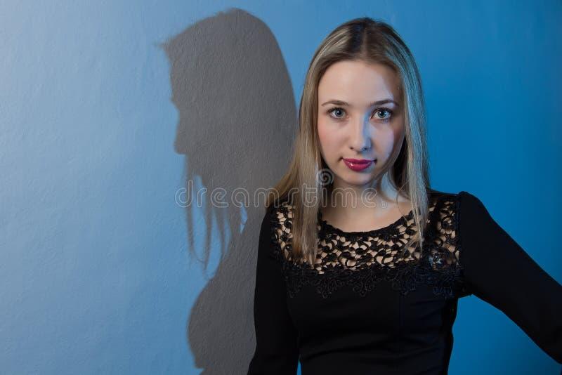 Portrait d'une fille avec le fond bleu image libre de droits