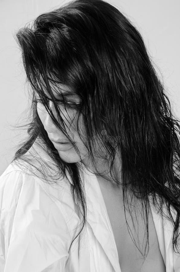 Portrait d'une fille avec les cheveux débordants photos stock