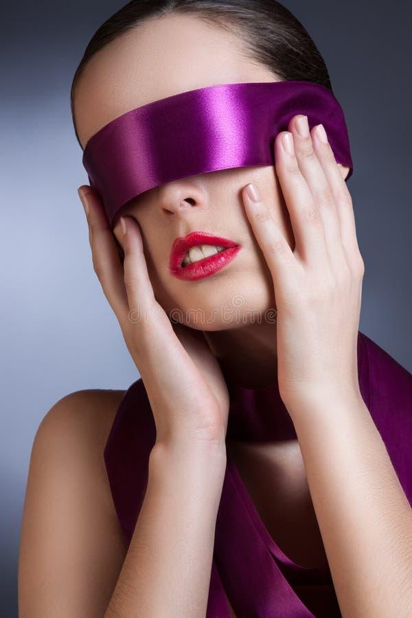 Portrait d'une fille avec un ruban dans ses yeux photos libres de droits