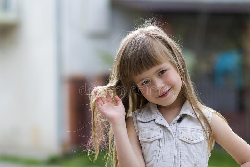 Portrait d'une fille blonde aux cheveux longs assez petite d'enfant dans le slee image stock