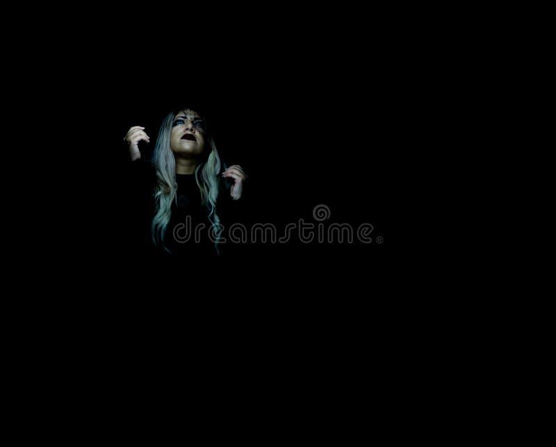 Portrait d'une fille blonde dans l'obscurité photos stock