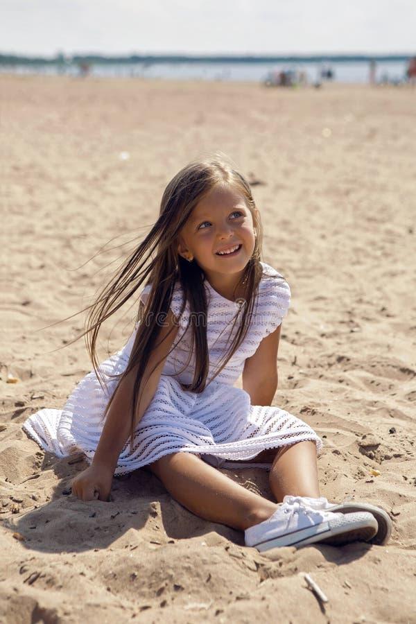 Portrait d'une fille bronzée sur la plage sablonneuse image stock