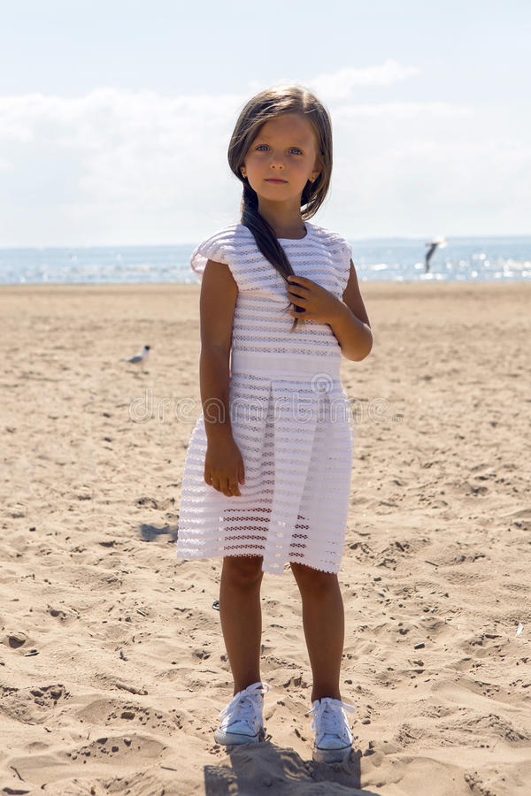 Portrait d'une fille bronzée sur la plage sablonneuse image libre de droits