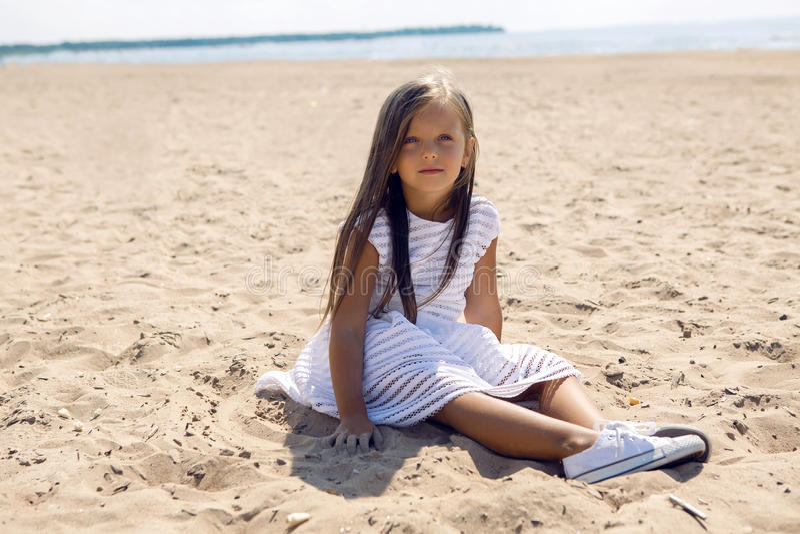 Portrait d'une fille bronzée sur la plage sablonneuse photos stock